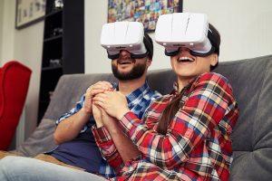 Pareja viendo el diseño de su cocina en realidad virtual